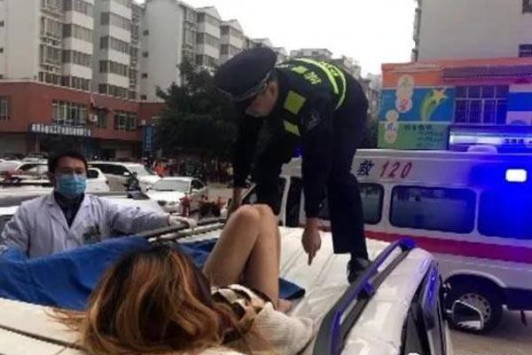 女子从11楼坠落车顶 警察抢救生还