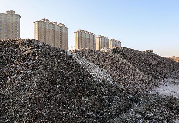 工人零下20度加工扇贝 一月堆300万斤贝壳山