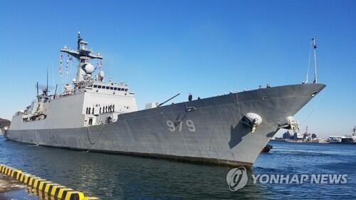韩日海军在横须贺西南部海域进行海上搜救演习