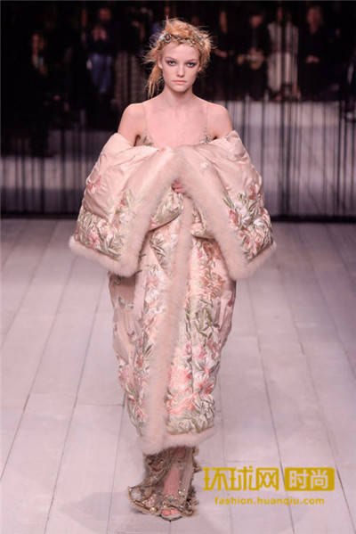 蕾哈娜最爱棉被羽绒服?  只要温度不要风度!