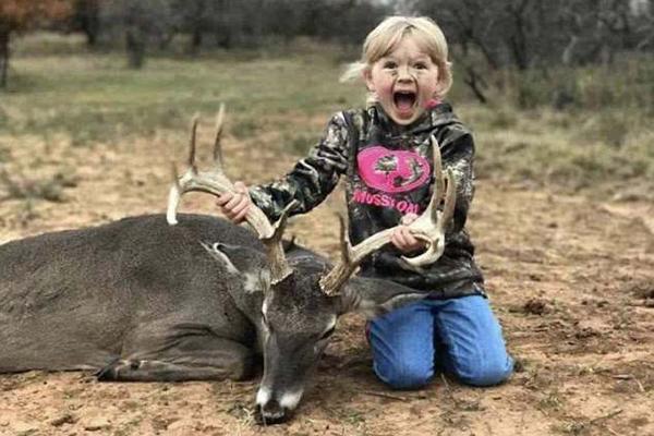 美国女猎手再掀争议 鼓励儿童与猎物合影遭谴责