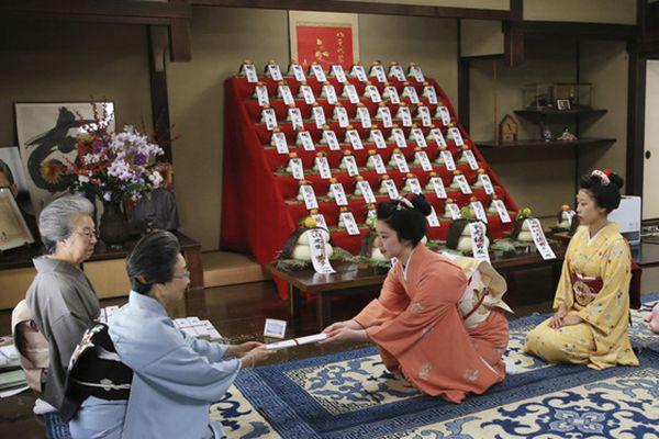 日本艺妓参加传统仪式 迎接新年到来