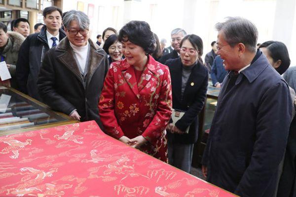 韩国总统文在寅与夫人参观北京琉璃厂 现场体验木版画制作