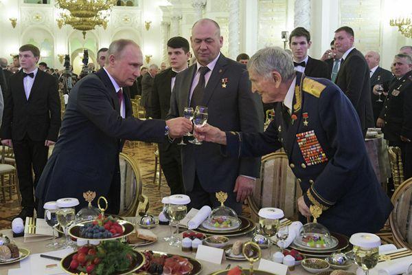 普京设宴纪念俄罗斯祖国英雄日 向老兵敬酒