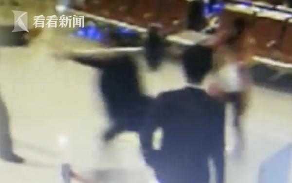 自己迟到而误了航班 男子机场撒泼竟扛金属隔离桩怒砸安检员
