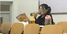 考研女生自习室看题间隙痛饮啤酒 网友:朋克考研!
