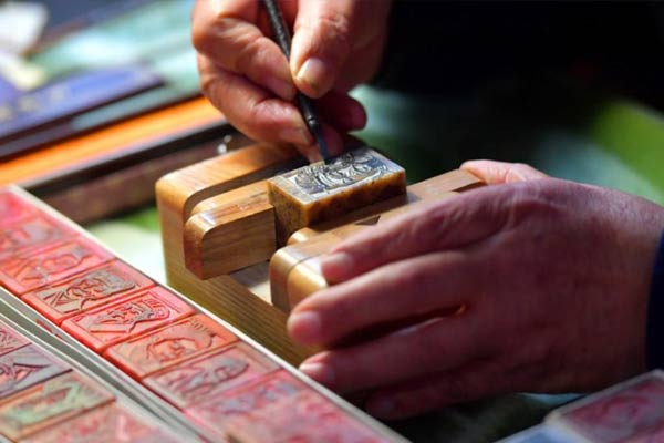 """七旬篆刻迷17年制作千余枚中国历史人物""""头像章"""""""