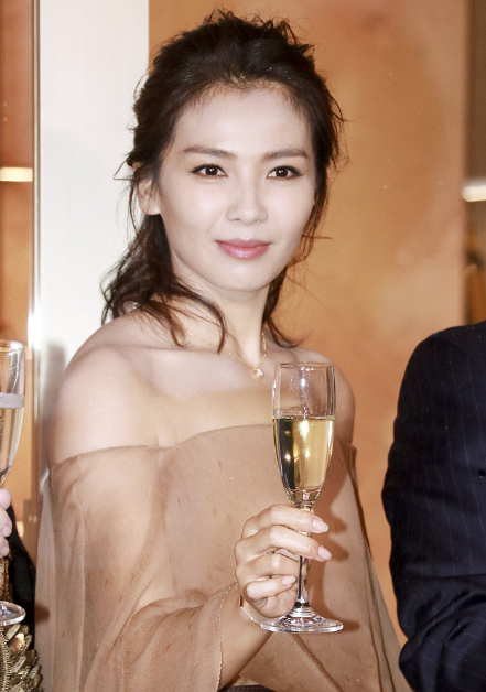 刘涛薄纱裙秀香肩 举杯撑伞端庄优雅