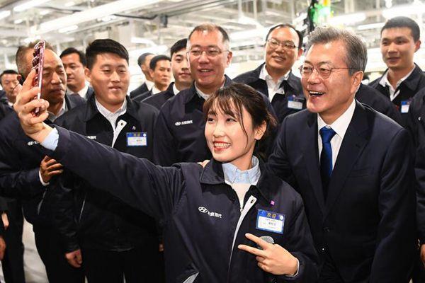 文在寅在重庆参观现代汽车工厂 与美女员工开心合影