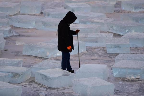 零下20度!图揭采冰人湖面采冰现场