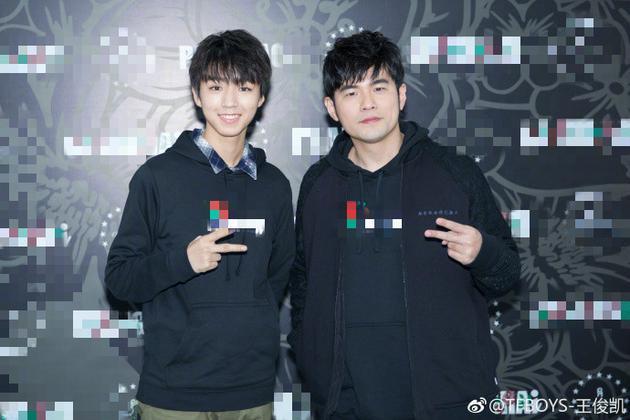 王俊凯与偶像周杰伦穿同款比剪刀手