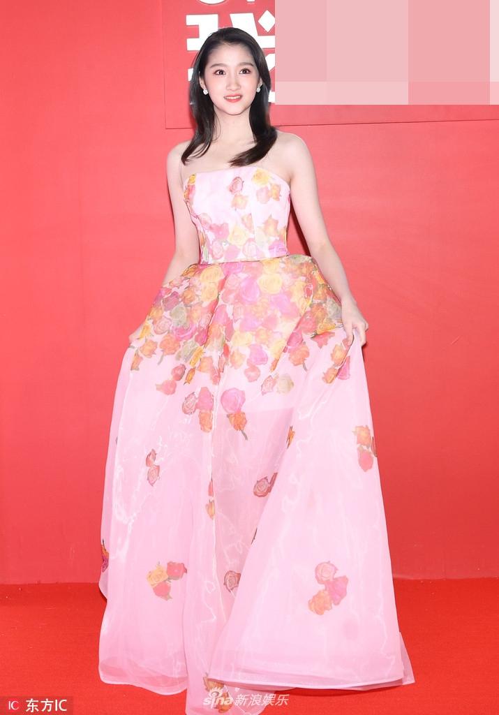 关晓彤甜美亮相红毯 抹胸粉嫩纱裙仙气飘飘