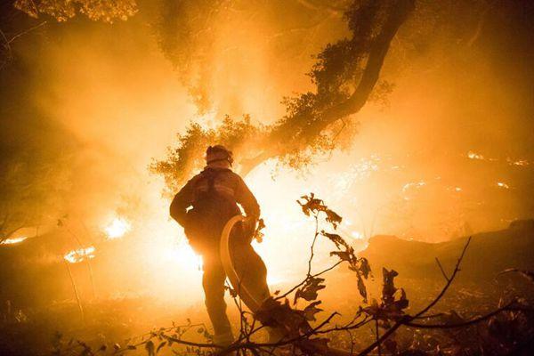 美国南加州大火仍肆虐 已升级加州史上第3大火灾