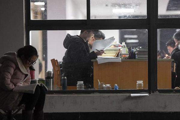 考研冲刺 大学生冬日在楼道苦读