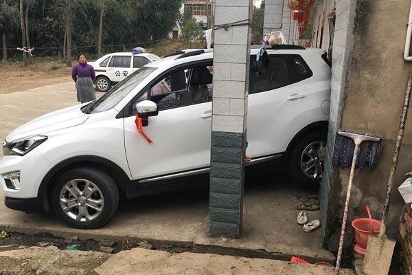 女子错把油门当刹车 倒车撞进路边民宅