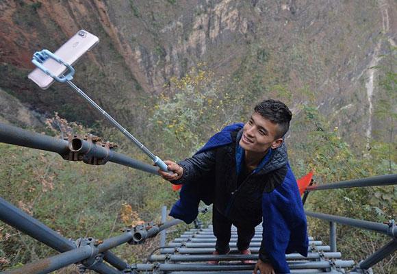 悬崖村男子每天站钢梯上直播三个小时介绍家乡