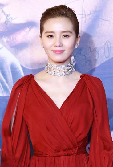 刘诗诗穿深V红裙优雅十足