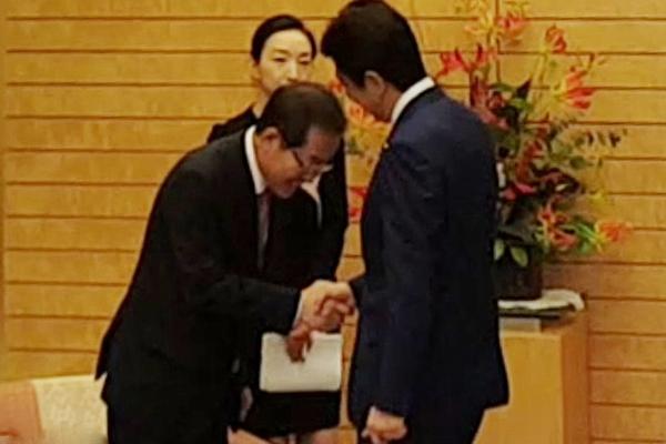 韩国最大在野党党首向安倍鞠躬示好 被骂屈辱外交