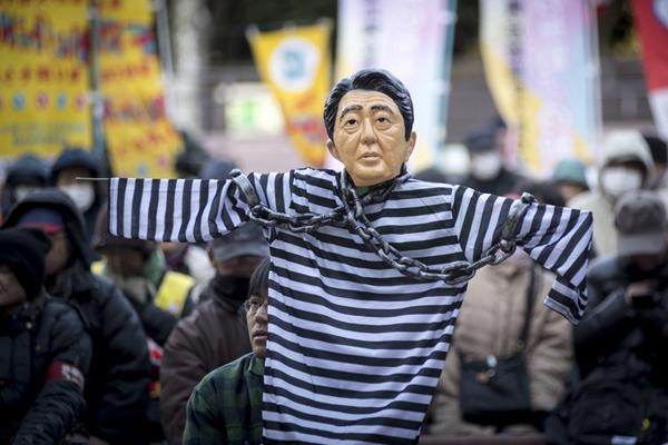 """日本工会举行反政府抗议活动 """"安倍晋三""""遭五花大绑"""