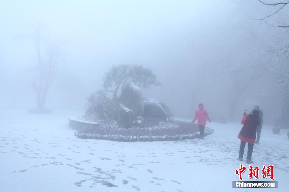 江西庐山迎来2017年入冬首场降雪