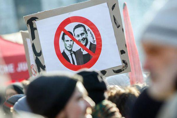 奥地利右翼联合政府就职 民众参加示威抗议活动