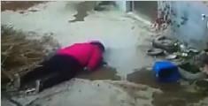 农妇头朝下重摔在地