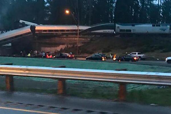 美国华盛顿州发生一起列车脱轨事故