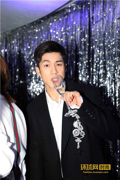 韩东君轻松演绎时髦派对装束  剪刀手尽显男孩气
