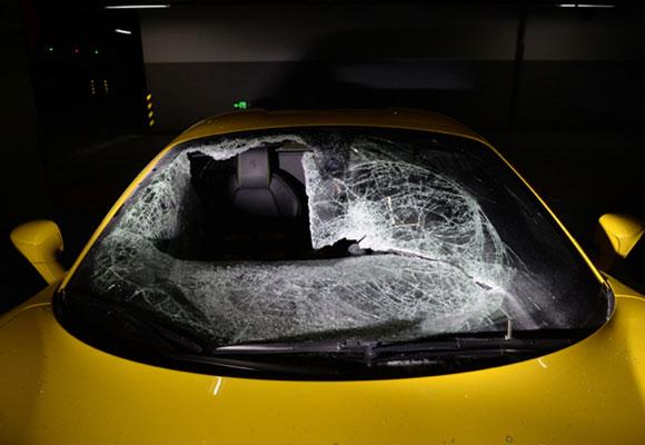 男子砸毁8辆豪车窃得零钱 车损却达70万