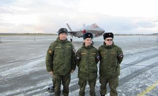 俄军人员首次近距离观察F35战斗机