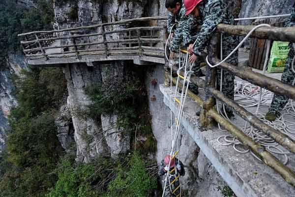夫妻悬崖保洁 安全绳上步步惊心