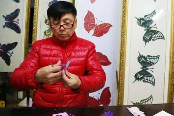 六旬老人五年剪出2万只蝴蝶不重样