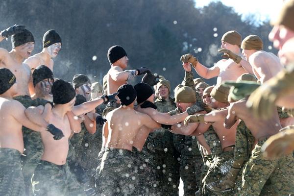 韩美官兵举行冬季联合训练 上演激烈雪地肉搏战