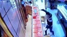 男子持锤砸抢金店 狂跑一公里瘫倒被抓