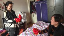 母亲瘫痪女孩挑家庭重担