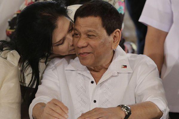 菲律宾总统杜特尔特出席活动 获国会女议员献吻