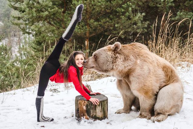 奥地利美女与大棕熊合力玩杂技 演绎美女与野兽