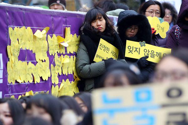 韩民众冒严寒坚持集会 要求日本就慰安妇问题道歉