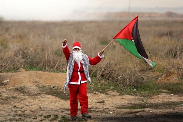 巴勒斯坦抗议者变身圣诞老人 反对美承认耶路撒冷为以首都