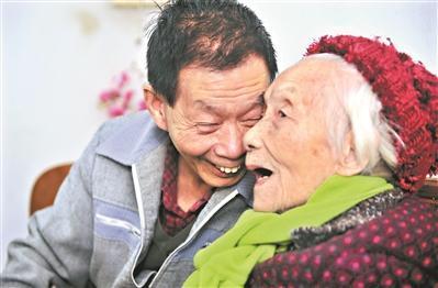 儿女赡养106岁母亲 让她从瘫痪、褥疮中奇迹康复