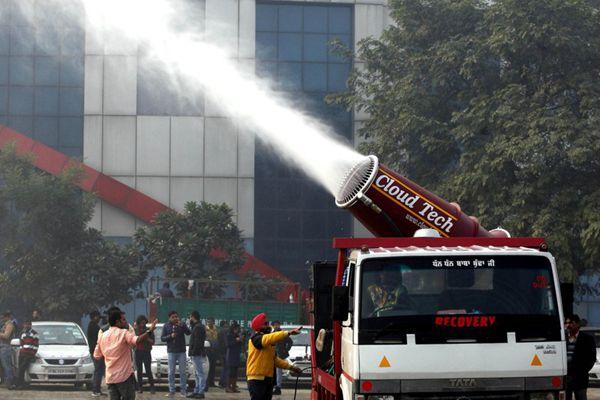 """神奇的操作!印度新德里使用""""大炮""""喷水治理雾霾"""