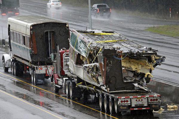 """美列车脱轨前疯狂""""飙车""""严重超速 损毁车厢被拖走"""
