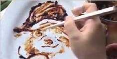 暖心妈妈为哄孩子吃饭 用黄豆酱当颜料作画