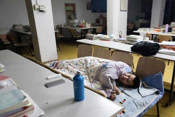 考研冲刺 男学生把床铺搬进自习室