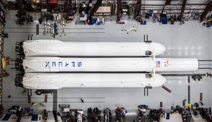马斯克展示了SpaceX几乎组装完毕的猎鹰重型火箭