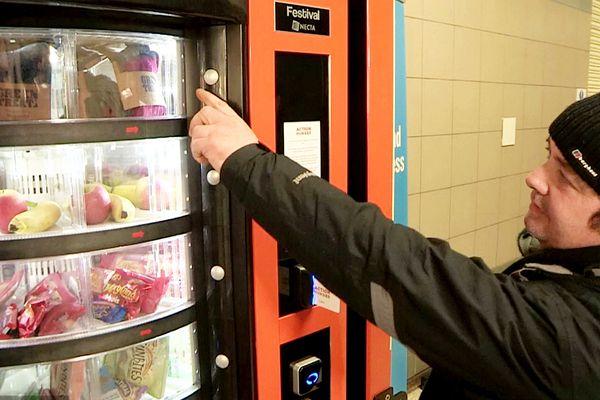 世界第一台流浪者自动售货机在英国推出