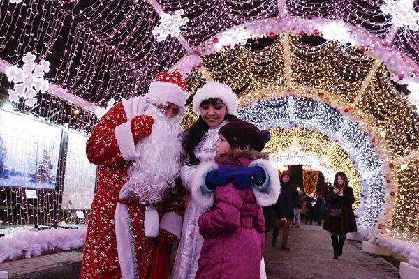 圣诞季到来 莫斯科灯光隧道美轮美奂