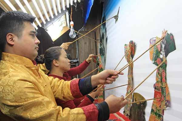 云南腾冲:古老皮影在逆境中复兴