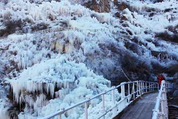 北京门头沟冬日奇观 冰瀑镶嵌悬崖蔚为壮观