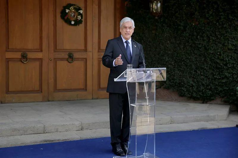 12月18日,在智利首都圣地亚哥,智利新当选总统塞瓦斯蒂安·皮涅拉回答记者提问。(新华社记者王沛摄)